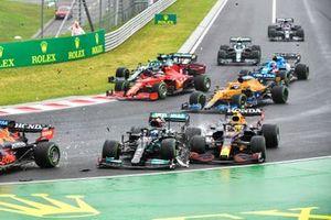 Valtteri Bottas, Mercedes W12, si scontra con Sergio Perez, Red Bull Racing RB16B, alla partenza