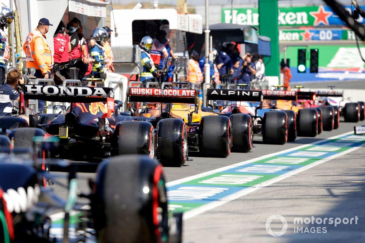 Cola de pilotos en el pit lane
