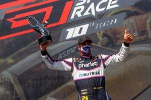 Thiago Camilo celebra vitória na corrida 2 da GT Sprint Race em Curitiba