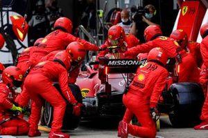 Carlos Sainz Jr., Ferrari SF21, makes a pit stop