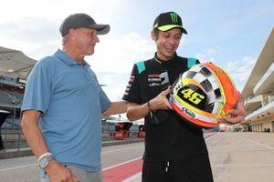 Kevin Schwantz geeft een helm cadeau aan Valentino Rossi, Petronas Yamaha SRT