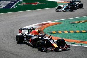 Sergio Perez, Red Bull Racing RB16B, Lance Stroll, Aston Martin AMR21
