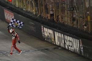 Ganador Kyle Larson, Hendrick Motorsports, Chevrolet Camaro Valvoline celebra