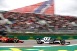 Pierre Gasly, AlphaTauri AT02, Carlos Sainz Jr., Ferrari SF21