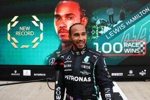Lewis Hamilton, Mercedes, 1e positie, wordt geïnterviewd in Parc Ferme