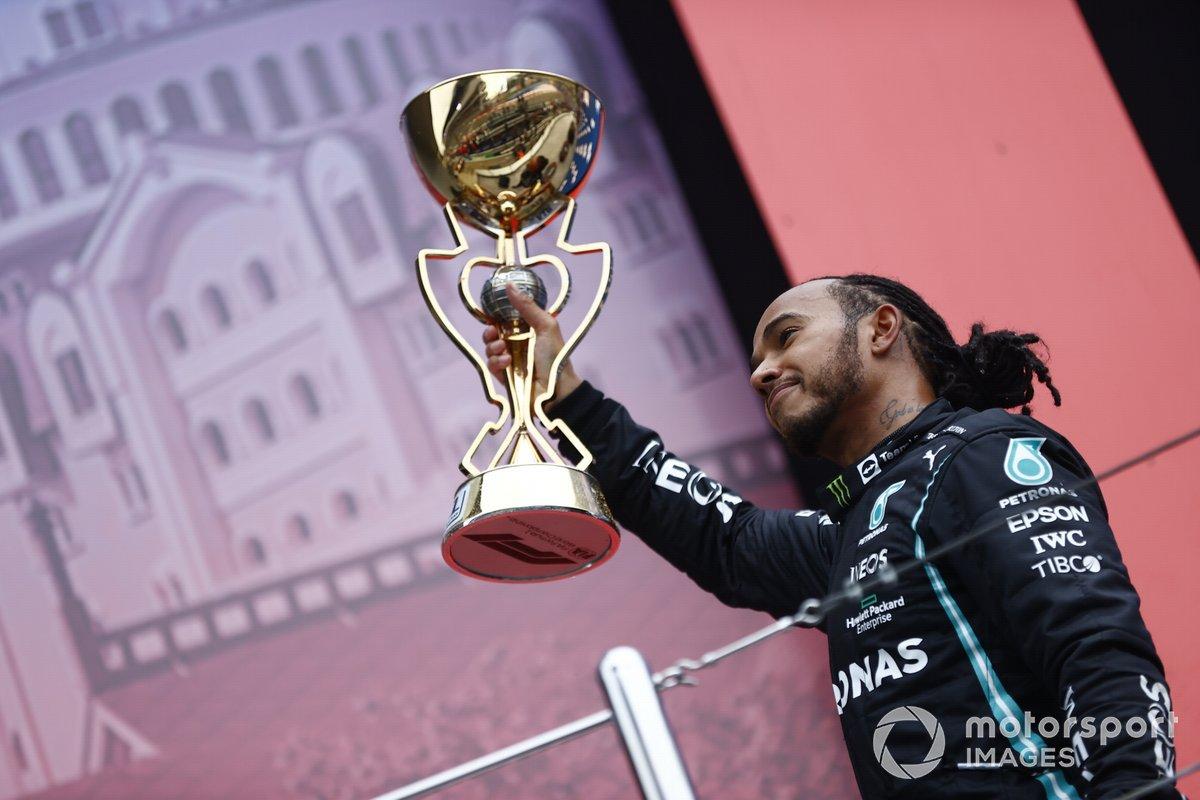 Lewis Hamilton, Mercedes, primo classificato, con il suo trofeo