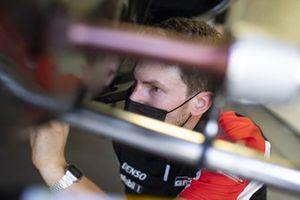 Meccanico della Toyota Gazoo Racing al lavoro