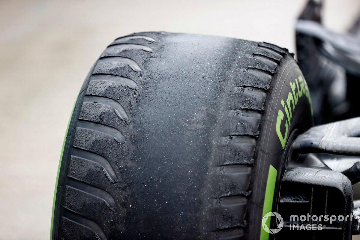 Neumáticos intermedios desgastados