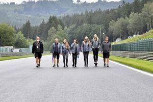 Los miembros de la Serie W recorren la pista