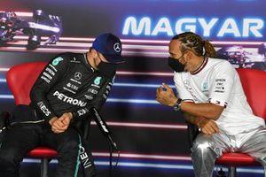 Valtteri Bottas, de Mercedes, y ganador de la pole, Lewis Hamilton, de Mercedes, en la conferencia de prensa