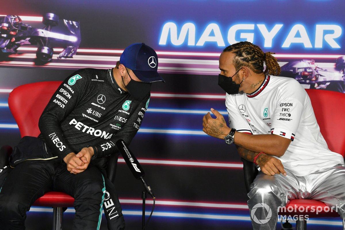 Valtteri Bottas, Mercedes, e Lewis Hamilton, Mercedes, in conferenza stampa