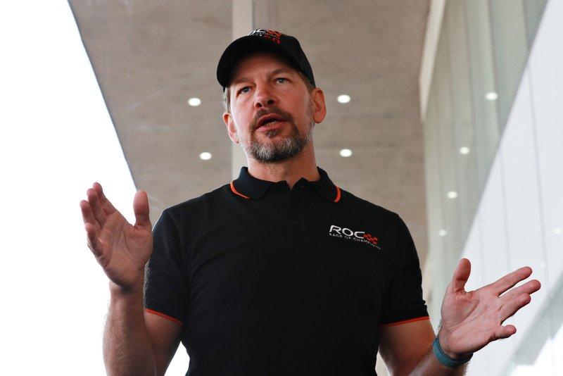 Fredrik Johnsson habla con los pilotos