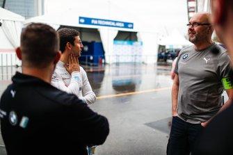 Alexander Sims, BMW I Andretti Motorsports, conversa con il suo team in pit lane