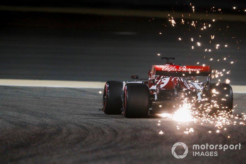 Las chispas vuelan desde la parte trasera del coche de Kimi Raikkonen, Alfa Romeo Racing C38