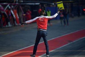 Mécanicien de chez Alfa Romeo Racing en pit lane