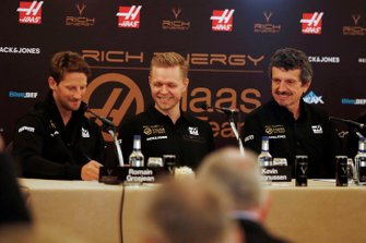 Гонщики Haas F1 Ромен Грожан и Кевин Магнуссен, руководитель команды Гюнтер Штайнер