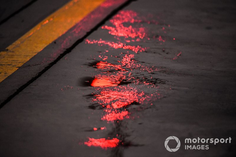 Lluvia en el pit lane