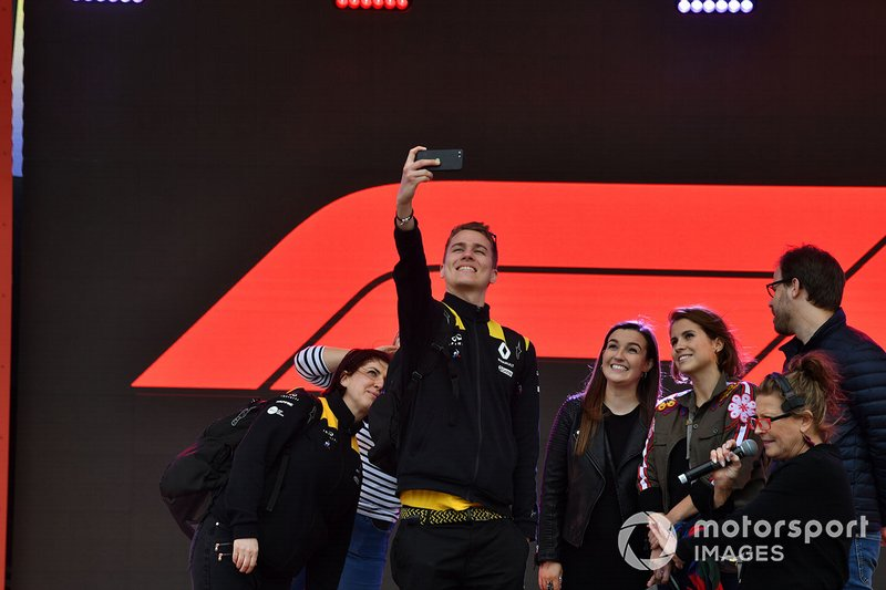 Un miembro del equipo de Renault toma una selfie