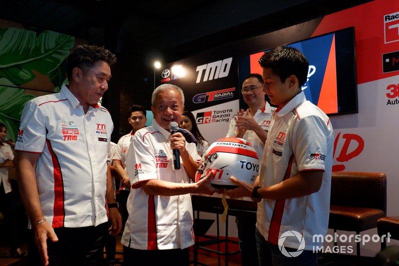 Executive General Manager PT Toyota-Astra Motor, Franciscus Soerjopranoto, Direktur Toyota Team Indonesia Memet Djumhana dan Rio Haryanto