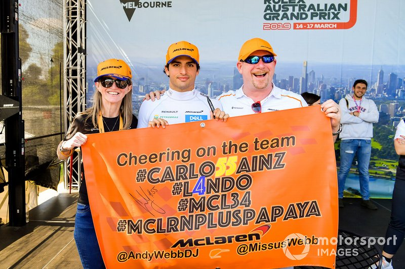 Carlos Sainz Jr., McLaren, posa con due tifosi