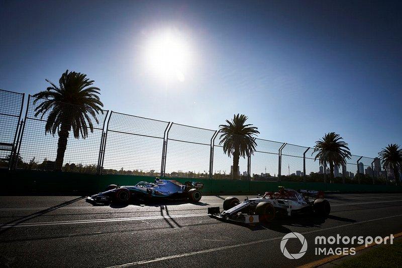 Valtteri Bottas, Mercedes AMG W10, precede Antonio Giovinazzi, Alfa Romeo Racing C38