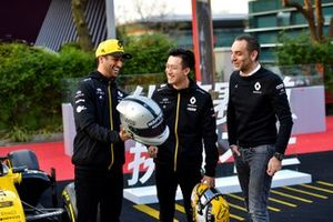 Daniel Ricciardo, Renault F1 Team, shows his helmet to Cyril Abiteboul, Managing Director, Renault F1 Team and Guanyu Zhou