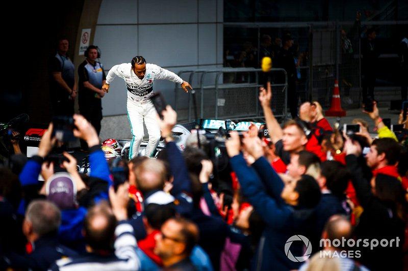 Lewis Hamilton, Mercedes AMG F1, celebra en el pitlane