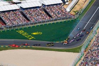 Sebastian Vettel, Ferrari SF90, devant Charles Leclerc, Ferrari SF90, Max Verstappen, Red Bull Racing RB15, Kevin Magnussen, Haas F1 Team VF-19, Romain Grosjean, Haas F1 Team VF-19, et le reste du peloton dans le premier virage