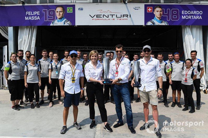 Edoardo Mortara, Venturi Formula E, Susie Wolff, Team Principal, Venturi Formula E, ricevono i trofei del vincitore della precedente gara di Hong Kong, in cui Mortara è stato dichiarato vincitore dopo la gara. Anche Felipe Massa, Venturi Formula E, è presente con il resto del team Venturi