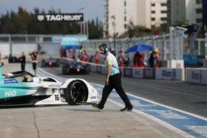 Un mecánico de NIO se aleja mientras Oliver Turvey, equipo de Fórmula E de NIO, NIO Sport 004, se marcha