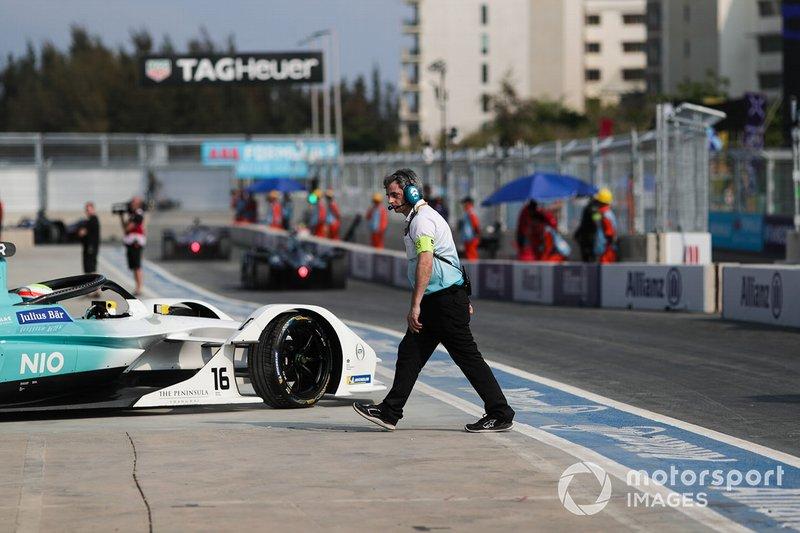 Un meccanico NIO si allontana mentre Oliver Turvey, NIO Formula E Team, NIO Sport 004, esce dal box