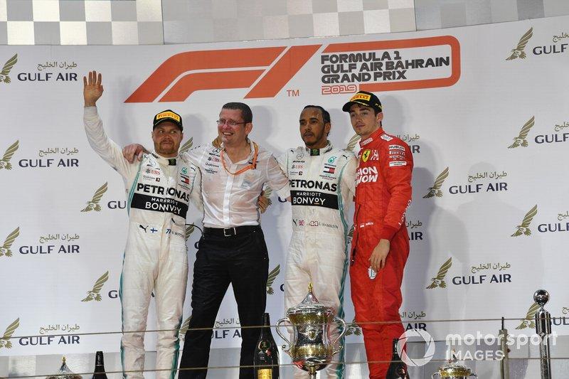 Valtteri Bottas, Mercedes AMG F1, 2° classificato, Andy Cowell, Managing Director, HPP, Mercedes AMG, Lewis Hamilton, Mercedes AMG F1, 1° classificato, e Charles Leclerc, Ferrari, 3° classificato, sul podio
