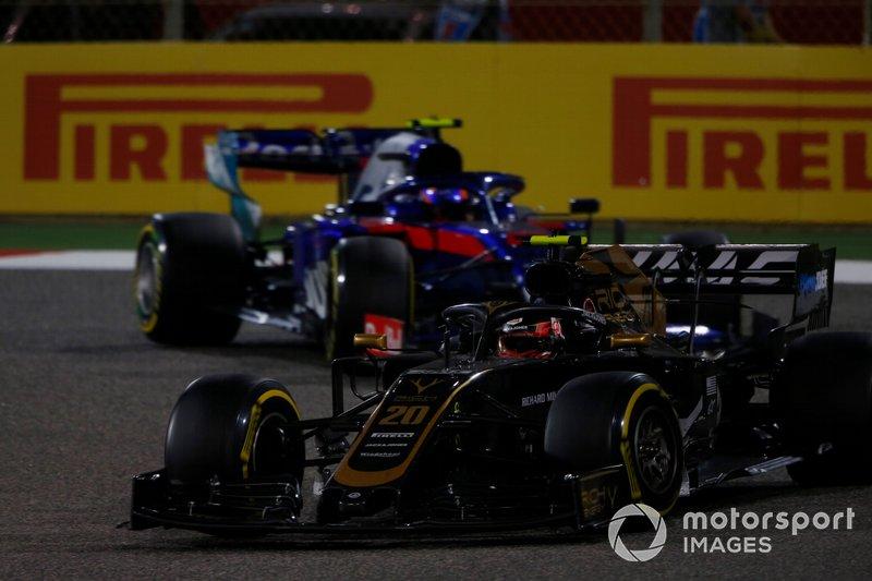 Kevin Magnussen, Haas F1 Team VF-19, leads Alexander Albon, Toro Rosso STR14