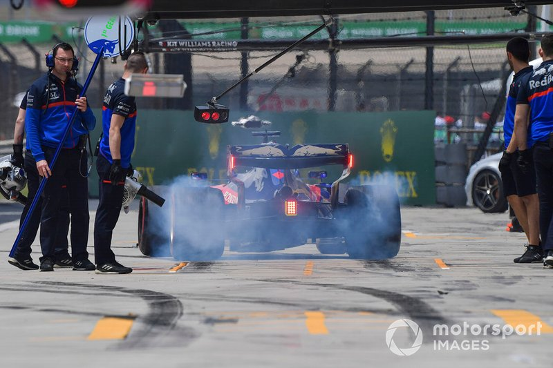 Daniil Kvyat, Toro Rosso STR14, in the pits during practice