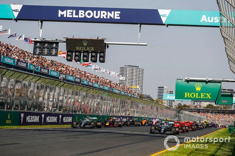 Льюіс Хемілтон, Mercedes AMG F1 W10, Валттері Боттас Mercedes AMG W10, Себастьян Феттель, Ferrari SF90, Макс Ферстаппен, Red Bull Racing RB15, та решта пелотону на старті