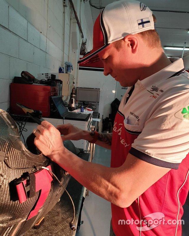 Kimi Raikkonen, Alfa Romeo Racing, sistema il suo sedile di gara