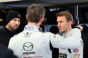#77 Mazda Team Joest: Oliver Jarvis, Timo Bernhard, and Rene Rast confer