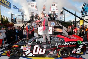 Race winner Cole Custer, Stewart-Haas Racing, Ford Mustang Production Alliance Group