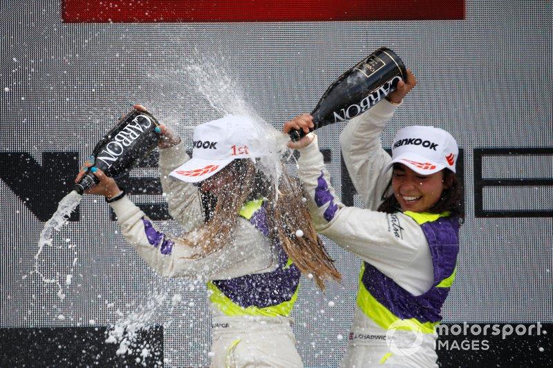 Podio: Ganadora de la carrera Marta García, tercer lugar Jamie Chadwick