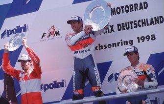 Podium : le vainqueur Mick Doohan, Repsol Honda, le deuxième Max Biaggi, Honda, le troisième Alex Criville, Repsol Honda