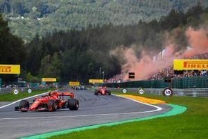 Charles Leclerc, Ferrari SF90, devant Sebastian Vettel, Ferrari SF90, lors du tour de formation