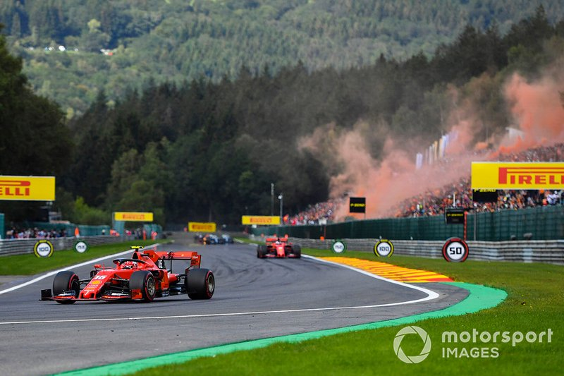 Charles Leclerc, Ferrari SF90, precede Sebastian Vettel, Ferrari SF90, nel giro di formazione