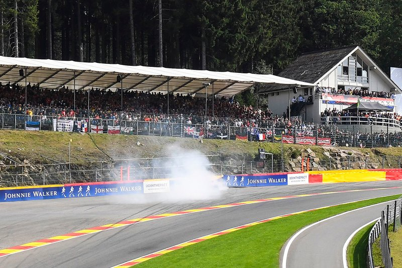 Max Verstappen, Red Bull Racing RB15, choca en Eau Rouge