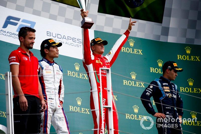 Nobuharu Matsushita, Carlin, il vincitore della gara Mick Schumacher, Prema Racing e Sergio Sette Camara, Dams festeggia sul podio