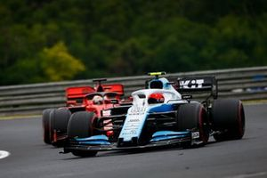 Robert Kubica, Williams FW42, precede Sebastian Vettel, Ferrari SF90