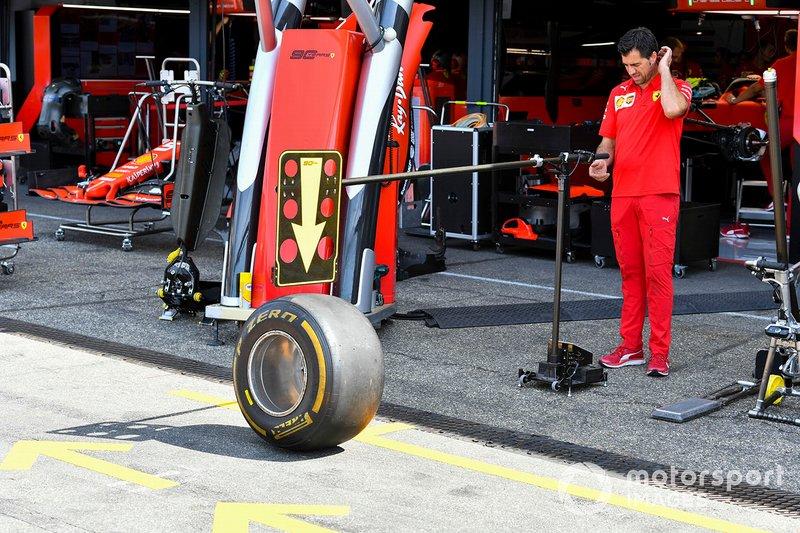 Ferrari mekanikeri, Pirelli lastikleri