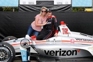 Race Winner Will Power, Team Penske Chevrolet with wife Liz