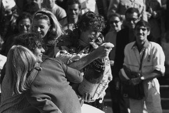 Il vincitore della gara Jochen Rindt, Lotus festeggia con lo Champagne, al GP di Francia del 1970