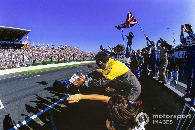 Вскоре Хилл промчался под клетчатый флаг: в своем чемпионском Гран При он лидировал от старта до финиша…