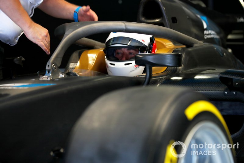 Jean Alesi prueba los nuevos neumáticos Pirelli de 18 pulgadas para las próximas temporada de F2